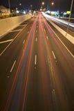 Брисбен, Австралия - 2014: Мост смотря на Тихое океан шоссе - M1 при автомобили путешествуя на ноче Стоковые Изображения