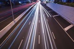Брисбен, Австралия - 2014: Мост смотря на Тихое океан шоссе - M1 при автомобили путешествуя на ноче Стоковое Изображение