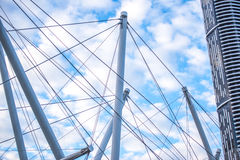 Брисбен, Австралия - среда 23-ье июнь 2015: Взгляд моста Kurilpa и города Брисбена в дневном времени от Southbank во вторник t Стоковые Фото