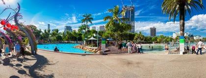 БРИСБЕН, AUS - 17-ОЕ АПРЕЛЯ 2016: Пляж улиц в южном береге Parkl Стоковая Фотография RF