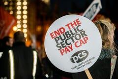 Британия заслуживает подъем оплаты - закончите марш протеста крышки теперь Стоковое Изображение RF