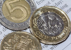 2 британца одна монетка фунта и 5 польский злотый c Стоковые Фото