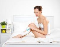 бритва ног брея женщину Стоковые Фотографии RF