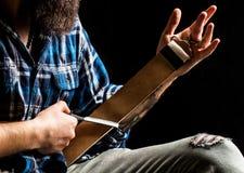 бритва прямо Винтажные инструменты для парикмахеров, бритвы, точат лезвие в кожаной щетке, лезвиях бритвы Человек stropping стоковая фотография rf