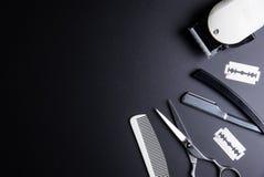 Бритва, стильные профессиональные ножницы парикмахера, белый гребень и Whit Стоковое Фото