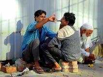 Бритье в майнах Мумбая малых, Bandra улицы Стоковое Изображение