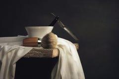 Брить инструмент на деревянном столе и предпосылке темноты Стоковое Фото
