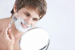 брить человека Стоковые Изображения