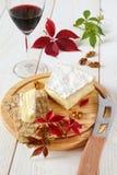 Бри, мягкий французский сыр молока коровы, листья осени и winegl Стоковое Изображение RF