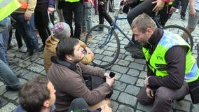 БРНО, ЧЕХИЯ, 1-ОЕ МАЯ 2019: Анти- фашистское antifa активистов пробует преградить марш, обсуждает с полицией сток-видео