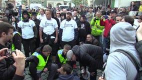 БРНО, ЧЕХИЯ, 1-ОЕ МАЯ 2019: Анти- фашистское antifa активистов пробует преградить марш, обсуждает с полицией акции видеоматериалы