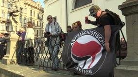 Брно, чехия, 1-ое мая 2019: Флаг Antifaschistische Aktion Antifa Antifascists на событии против акции видеоматериалы