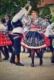 Брно - Bystrc, чехия, 22-ое июня 2019 Фестиваль традиционного чехословакского пиршества фольклорный Девушки и мальчики танцуя в к стоковые изображения rf