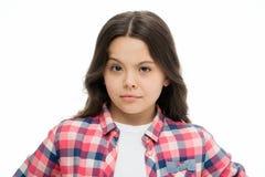 Бровь повышения маленькой девочки изолированная на белизне Уверенно ребенок с длинными волосами брюнет Салон парикмахера для разв стоковые фотографии rf