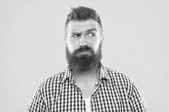 Бровь повышения стороны человека серьезная не уверенная Имейте некоторые сомнения Сторона хипстера бородатая не уверенная во что- стоковая фотография rf