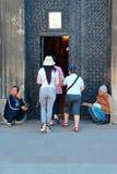 2 бродяги зарабатывает их прожитие путем умолять на дверях церков Стоковое Изображение