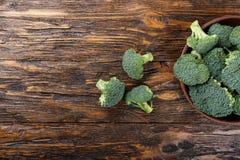 Брокколи в плите глины на деревянном столе, рядом с всем cabb Стоковая Фотография