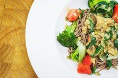 Брокколи, томаты и лапши с грибами Вкусная и здоровая еда сфокусируйте мягко Взгляд сверху Стоковое Изображение