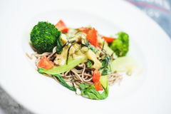 Брокколи, томаты и лапши с грибами Вкусная и здоровая еда сфокусируйте мягко Взгляд сверху Стоковое Изображение RF