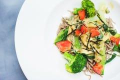 Брокколи, томаты и лапши с грибами Вкусная и здоровая еда сфокусируйте мягко Взгляд сверху Стоковая Фотография
