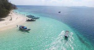Бронетранспортеры пролетают над тропическими островами сток-видео