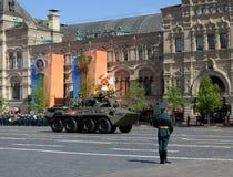 Бронетранспортер BTR-82A во время парада победы на красной площади в Москве Стоковое Изображение RF