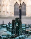 Бронза, модель монастырской церкви Йорка, сфотографировала с собором на заднем плане Моделируйте выдерживает и имеет зеленую пати стоковые изображения