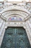 Бронзируйте дверь и мозаики собора в Флоренс Стоковое Изображение RF