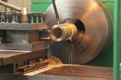 Бронзовая букса на токарном станке стоковое изображение rf