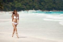 Бронзовая женщина Tan идет на тропический пляж стоковые фотографии rf