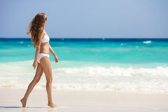 Бронзовая женщина Tan на тропическом пляже стоковая фотография
