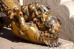 Бронзовая китайская статуя Cub льва попечителя в запретном городе в Пекине, Китае Стоковая Фотография RF