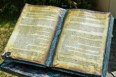 Бронзовая книга памятника с историей квадрата Mary Терезы Uzhhorod Украина стоковое фото rf