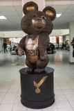 Бронзовая скульптура русского талисмана медведя Олимпийских Игр 1980 Москвы Олимпиады лета XII Россия, Москва стоковые изображения rf