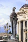 Бронзовая скульптура стилизованной женской диаграммы держа розарий sy Стоковое Изображение