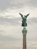 Бронзовая статуя ангела golding лавровый венок, нашла в Берлине Стоковые Изображения