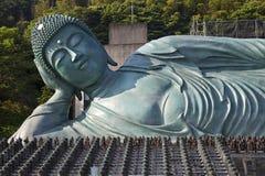 Бронзовая статуя возлежа положения Будды на виске Nanzoin в Sasaguri, Фукуоке, Японии Это bigest лежа статуя в w стоковое изображение rf