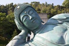 Бронзовая статуя возлежа положения Будды на виске Nanzoin в Sasaguri, Фукуоке, Японии Это bigest лежа статуя в w стоковые фото
