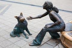 Бронзовая статуя девушки играя с ее собакой рядом с рекой Дунаем Стоковое Изображение