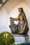 Бронзовая статуя женщины с ребенком, Вадуц Стоковая Фотография