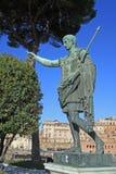 Бронзовая статуя императора цезаря Augustus дальше через dei Fori Imperiali, Рим, Италию стоковая фотография rf