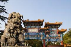 Бронзовая статуя льва попечителя в Yonghe Temple (виске лама) в Пекине Стоковая Фотография RF