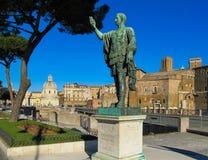 Бронзовая статуя s P Q r imp CAESARI NERVAE Augustus на имперской улице форумов через dei Fori Imperiali Рим, Италию стоковые фотографии rf