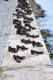 Бронзовые ботинки рекой Дунаем в Венгрии Стоковое Изображение RF