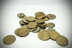 Бронзовые и серебряные покрашенные монетки распространили вне на таблице стоковое фото