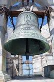 Бронзовый колокол полагаясь башня pisa Стоковая Фотография RF
