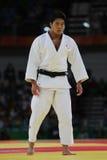 Бронзовый медалист Judoka Ryunosuke Haga Японии в белизне в действии против Jevgenijs Borodavko Латвии во время спички людей -100 Стоковые Фото
