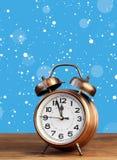 Бронзовый ретро будильник на часах ` 12 o между снегом летания Стоковое Изображение RF