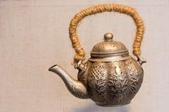 Бронзовый старый китайский традиционный чайник Стоковые Фотографии RF