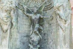 бронзовый фонтан с диаграммами ангелов в курорте Марбельи Андалусии Стоковые Изображения